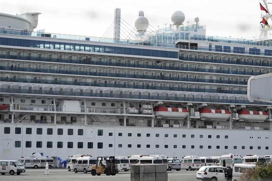 停泊在橫濱港進行隔離的鑽石公主號郵輪。(美聯社)