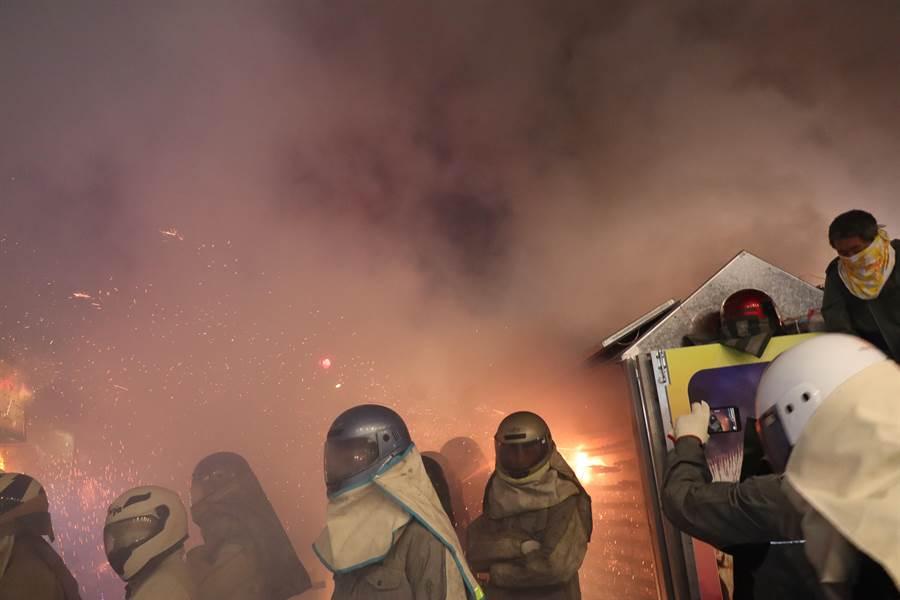 鹽水蜂炮7日晚間在武廟前廣場點燃炮城後,神轎陸續出發遶境。(劉秀芬攝)