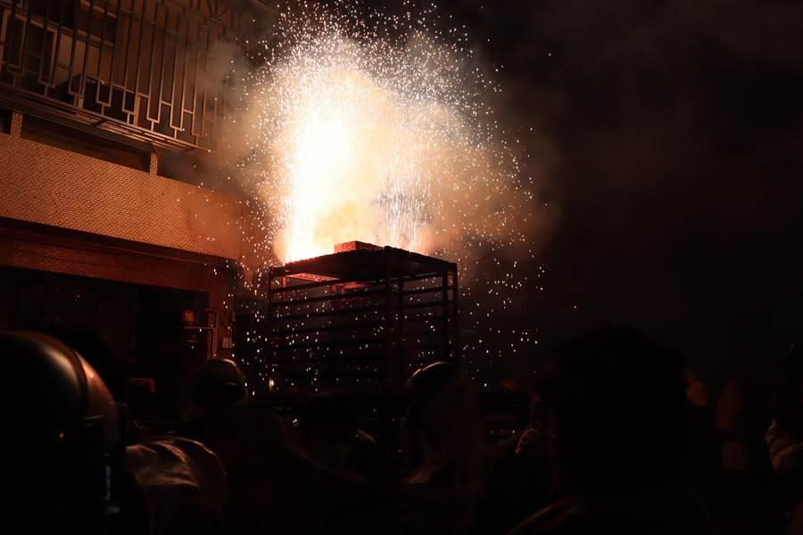 鹽水蜂炮7日晚間在武廟前廣場點燃炮城後,神轎陸續出發遶境,沿路商家點燃炮城祈福。(劉秀芬攝)