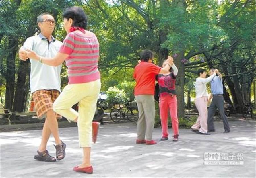 《著作權法》修正案要在新國會拚過關,通過後阿公阿嬤在公園跳舞晨操放伴唱帶、CD,將屬合理使用,不用再怕被民刑事提告。(圖:資料照)
