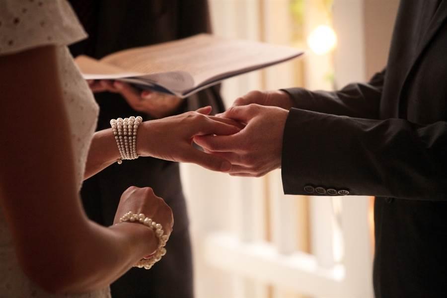 人夫與出軌妻離婚後,秒娶前岳母。(示意圖/達志影像)