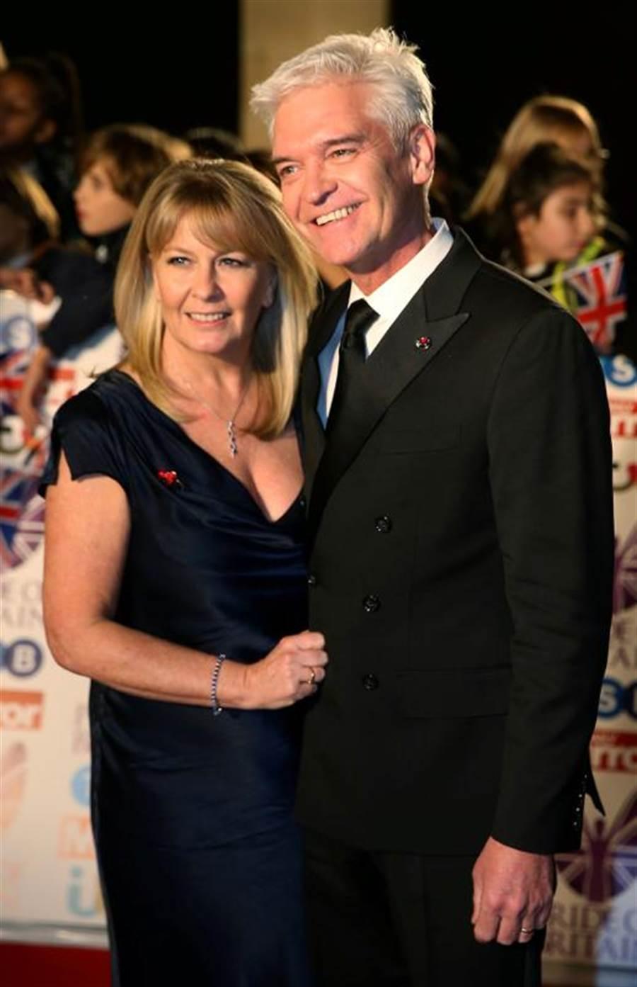 英國名主持人修菲德今天宣布出櫃,並感性向結褵27年的妻子道謝。(路透)