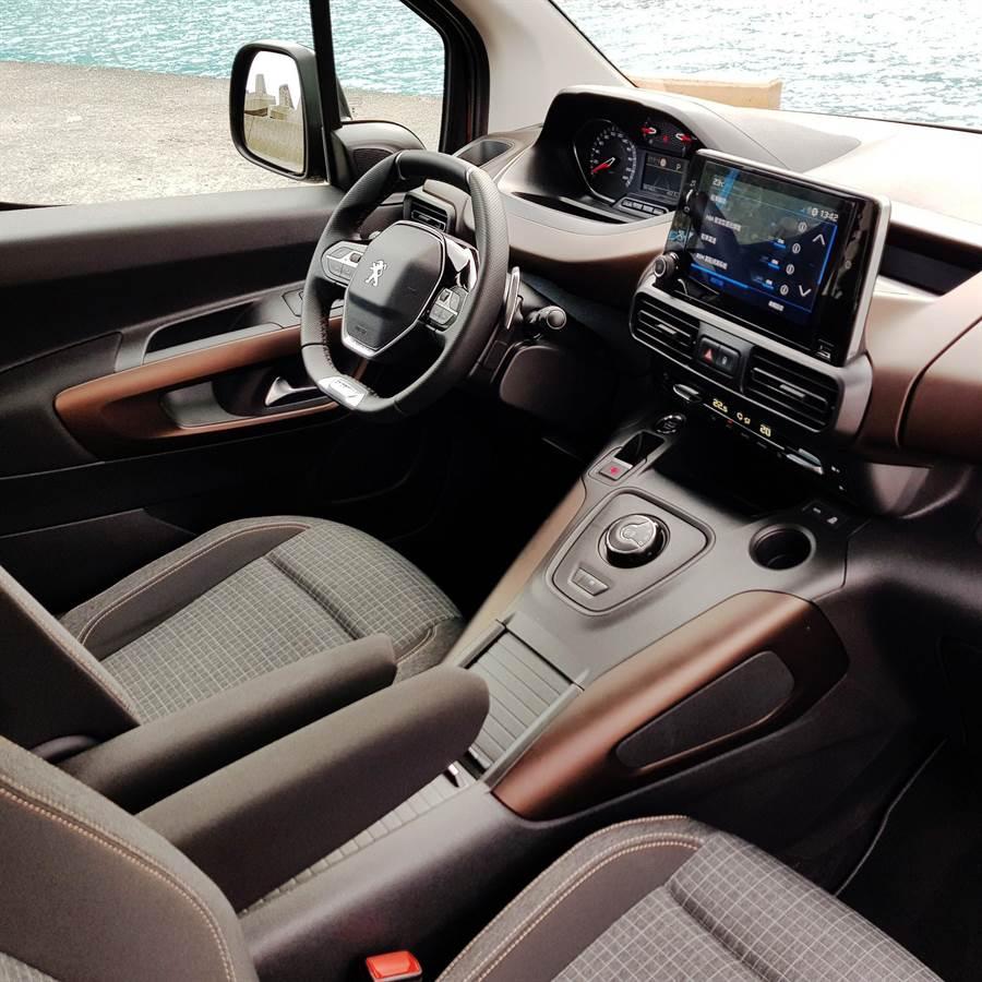 駕駛艙採取駕駛者操作導向設計,抬頭顯示儀表板、多功能小徑方向盤附F1換檔撥片、8吋全彩觸控螢幕。(陳大任攝)