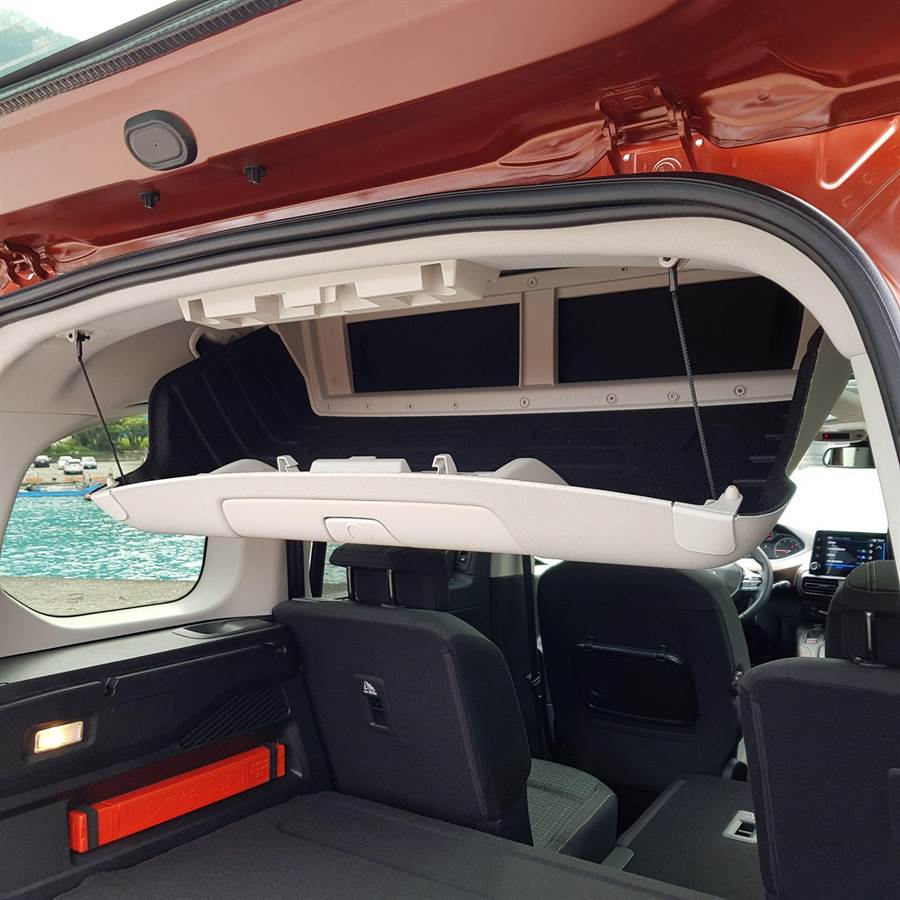 吸頂置物箱很適合放置旅行途中臨時需要的東西,例如零食點心或是紙巾抹布。(陳大任攝)