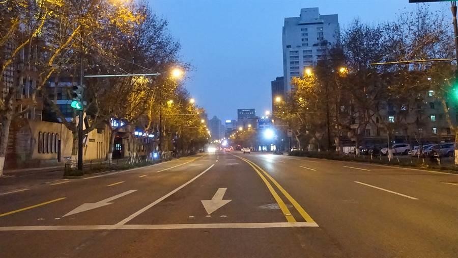 杭州實施最嚴格的村莊、小區、單位封閉式管理後,主幹道上幾乎看不到車輛。(圖/中新社)