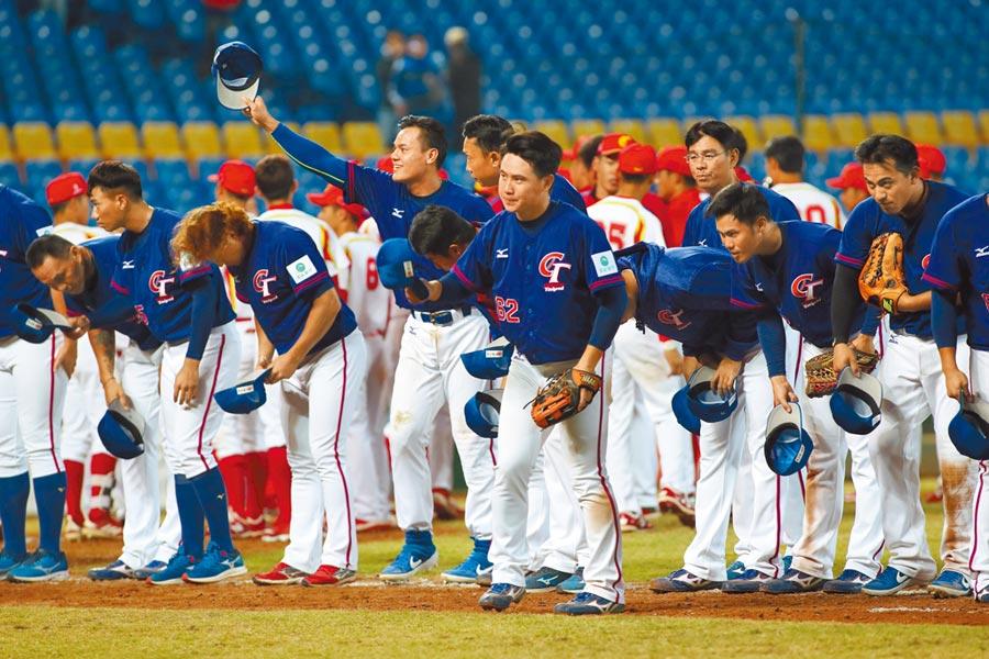 兩岸棒球去年亞錦賽對決的場景,原本6搶1資格賽將於台灣重現,現因肺炎疫情而有變數。(本報資料照片)