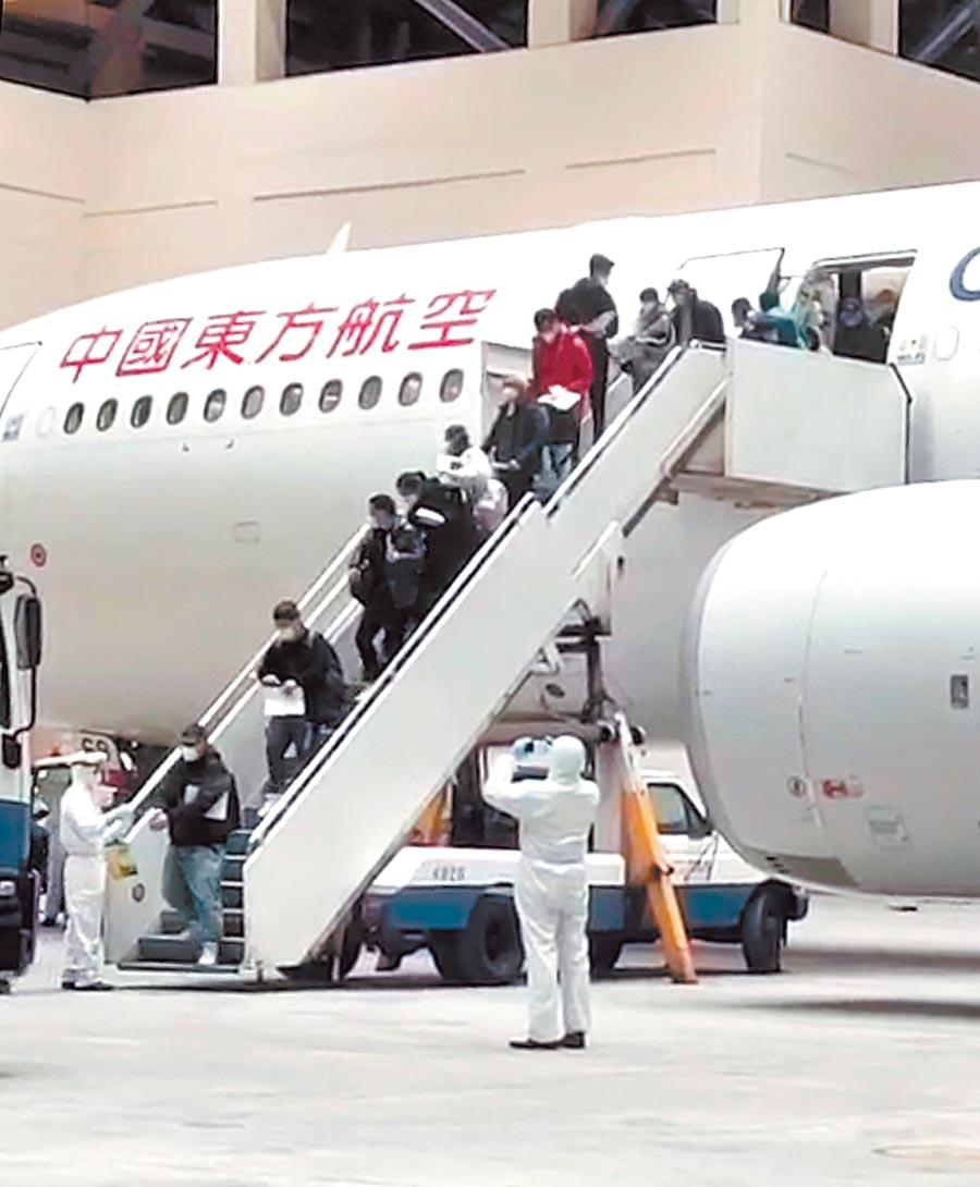 圖為東方航空載送的首班武漢返台包機2月3日深夜23時40分飛抵桃園機場。(本報系資料照片)