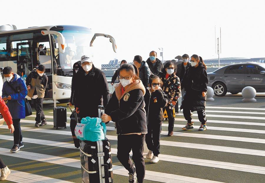 2月3日,首批200多名滯留武漢的台胞乘坐東方航空的包機返台。圖為台胞抵達武漢天河國際機場準備乘機。(中新社發安源攝)