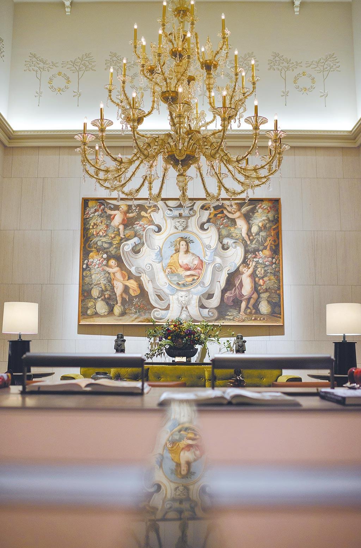 新加坡上市地產開發商和美置地集團創辦人蔡天寶對「聯聚中雍大廈」的傳承之情,和象徵台商精神的「行」雕塑,十分感動。也讚許聯聚建設的建築理念。(王莫昀攝)