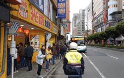 三重光南最後一天發口罩  排隊人龍600公尺、擠滿4巷口