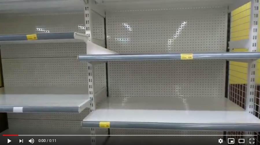 婆媽群組瘋傳衛生紙即將缺貨,導致民眾瘋搶囤貨 (圖/影片截圖)