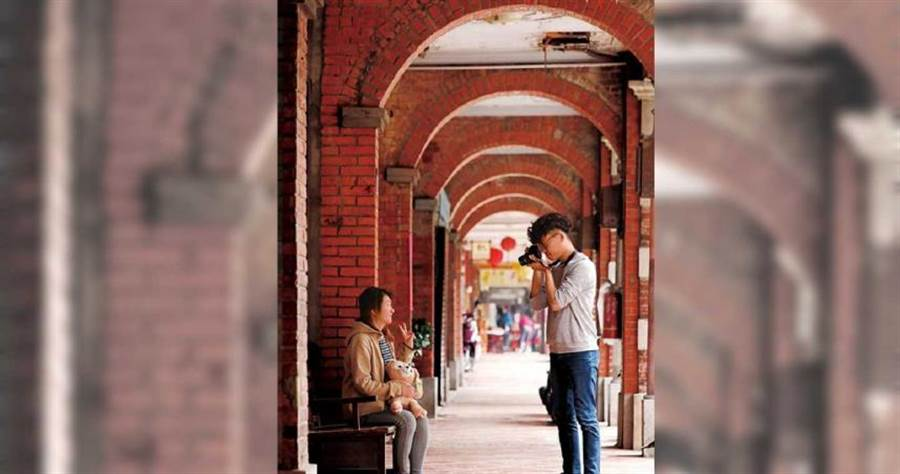老街磚紅色的拱廊有著歲月的洗禮,是許多遊客駐足拍照的熱門景點。(圖/于魯光攝)