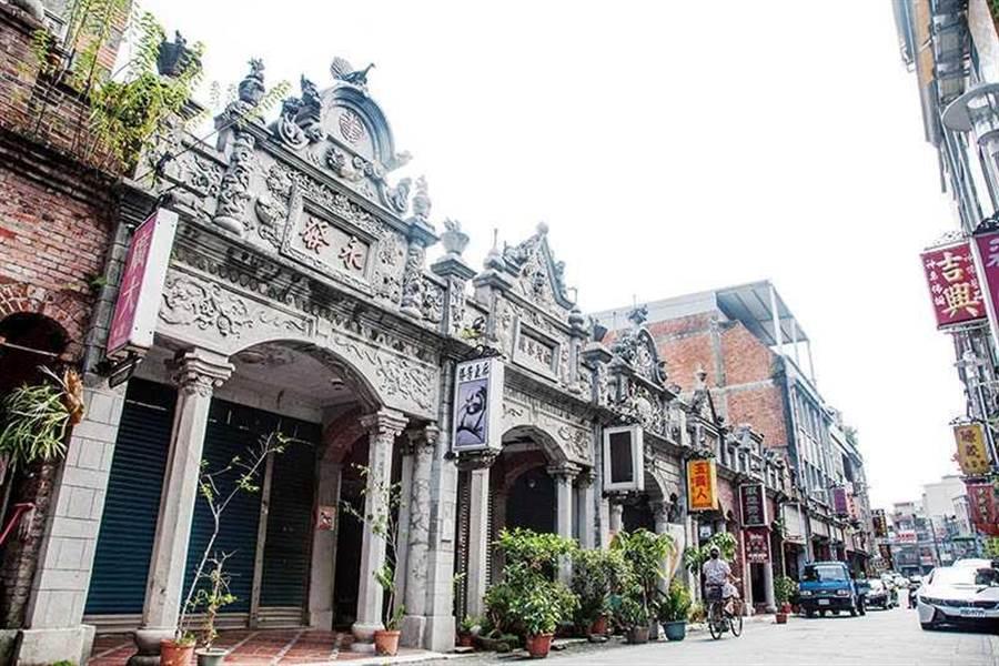 大溪和平老街特色商店林立,巴洛克式牌樓立面上的裝飾圖案也十分華麗精采。(圖/大溪木藝生態博物館提供)