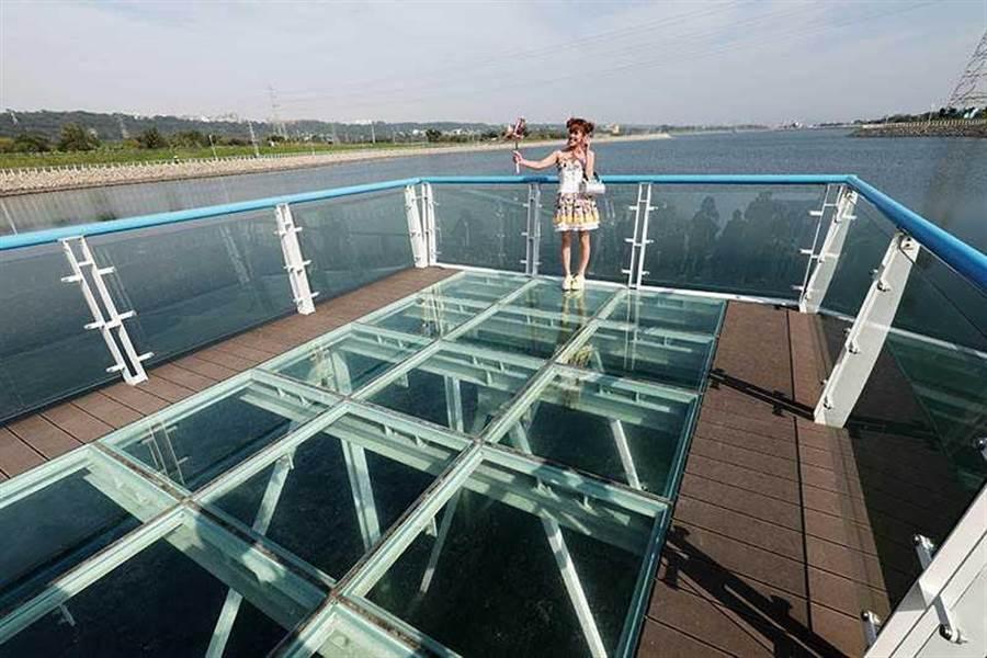 在中庄調整池的透明玻璃棧道景觀平台,可以拍出水天一色的美景。(圖/于魯光攝)