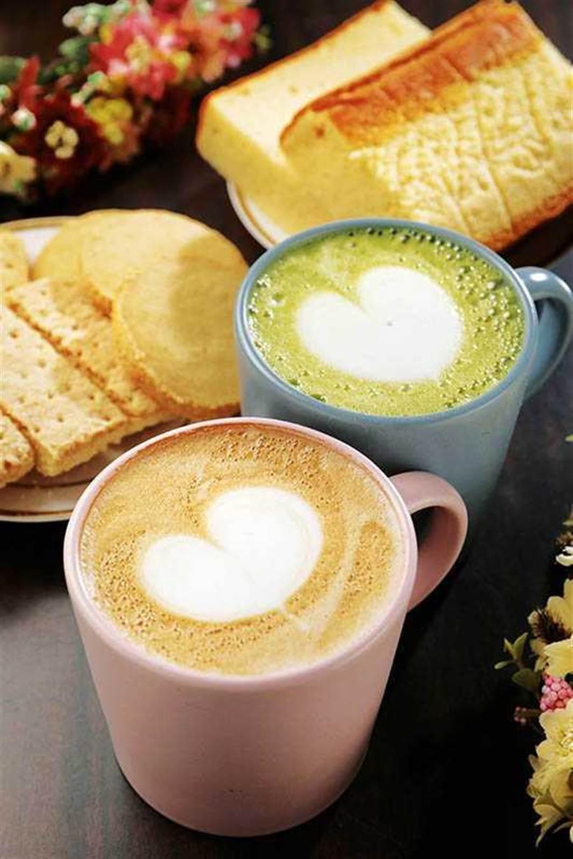 黃色小屋供應咖啡及簡餐,很適合小坐休息(左下/拿鐵150元,右上/抹茶拿鐵130元)。(圖/于魯光攝)