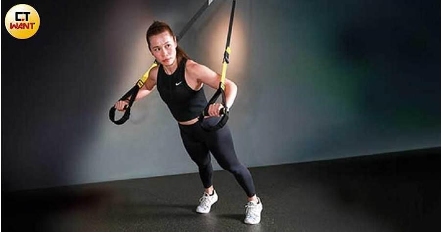 健身教練Chloe建議勤做阻力運動,才能增加肌肉量幫助燃脂,瘦得更快更久。(圖/馬景平攝)