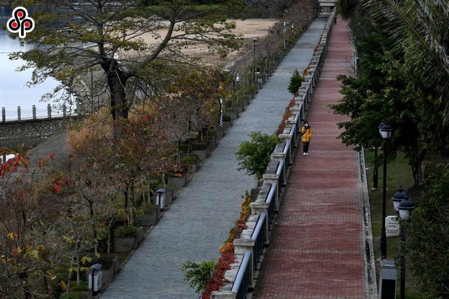 應對新型冠狀病毒感染的肺炎疫情,福州市發布最嚴防控禁令,圖為7日一人在福州江濱路步棧道上獨行。(中新社)