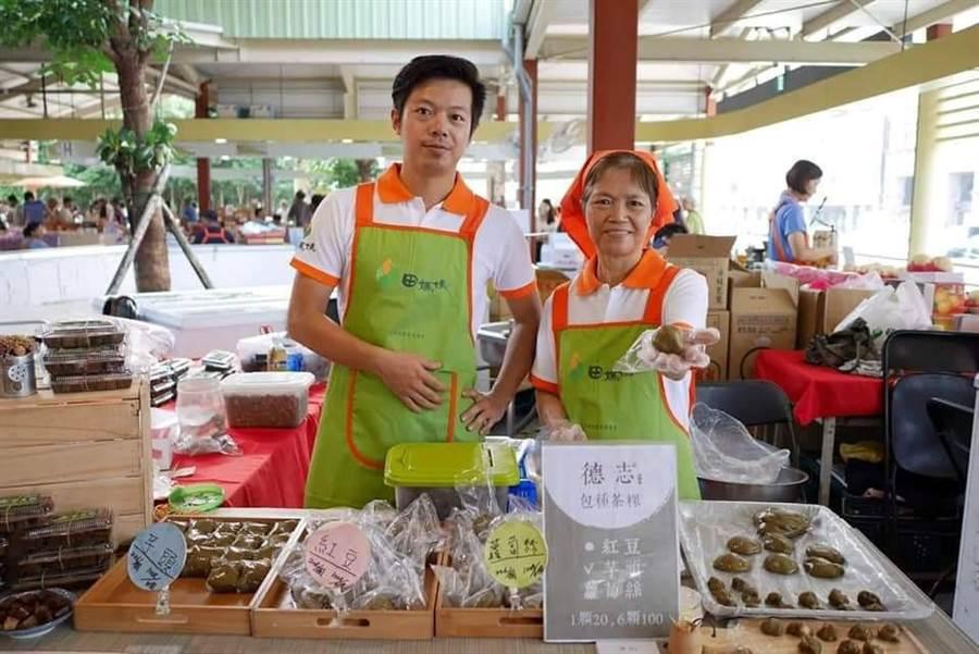 鐘晨瑞(左1)與媽媽一起展示自家的茶粿。(圖取自新北市農業局官網)