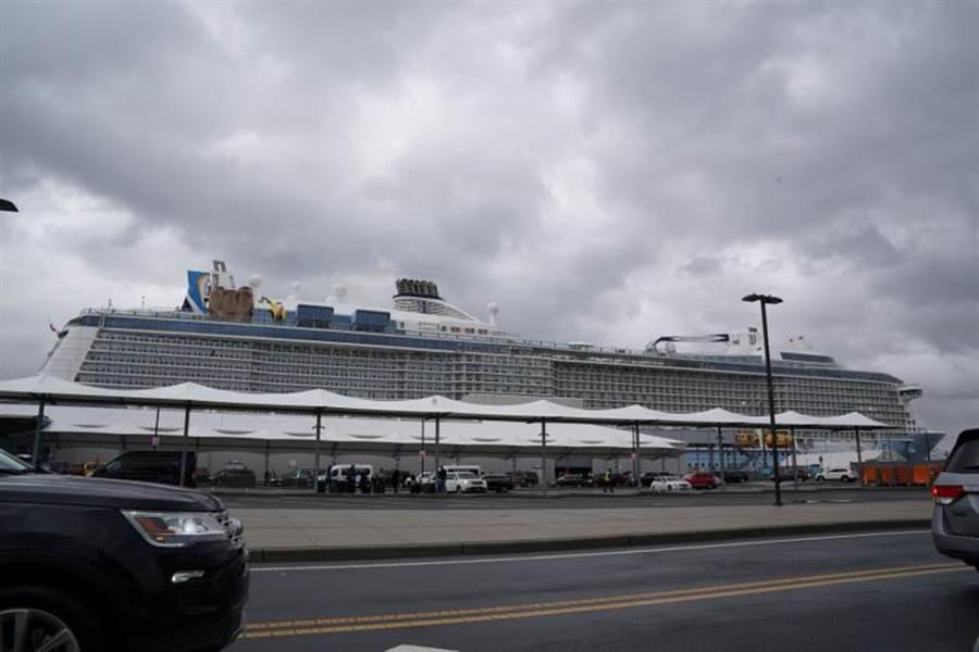 「皇家加勒比」旗下的「海洋聖歌」號(Anthem of the Seas)在乘客出現可能的武漢肺炎症狀後,7日停泊在紐澤西州的貝雲港。(路透)