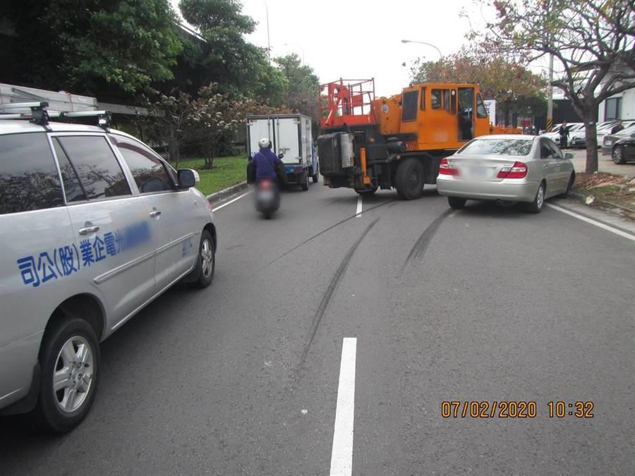 警方調查發現,疑因張男駕駛機械車變換方向不當釀禍。(民眾提供/陳世宗台中傳真)