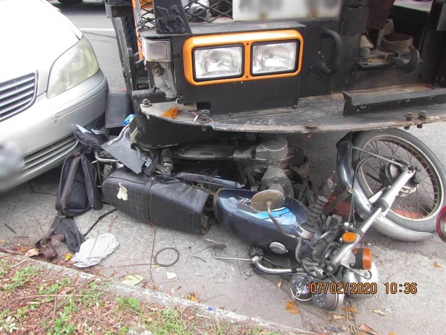 陳男駕駛的重機車被機械車碰撞後倒地,造成左側車身受損及人傷重不治。(民眾提供/陳世宗台中傳真)