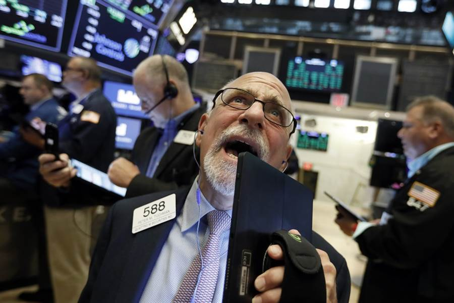 美股再歷經黑五,道瓊工業指數重挫近280點。(美聯社)