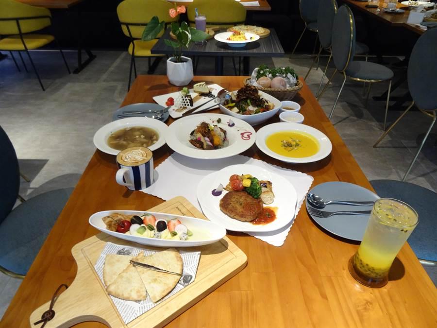 西洋情人節蕃茄食光推出1520創意情人套餐,包括雙人份前菜、沙拉、湯品、麵包、主菜、甜點以及飲品等一桌創意浪漫蔬食。(馮惠宜攝)