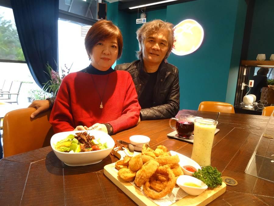 從事室內設計的鄭婷云和先生邱瑞明本著推廣蔬食的傻瓜精神開設蕃茄食光蔬食餐廳。(馮惠宜攝)