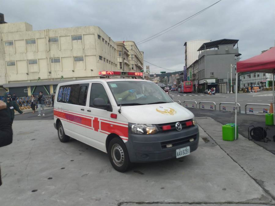 已提前淨空碼頭,衛生局也駕駛救護車進駐。(許家寧攝)