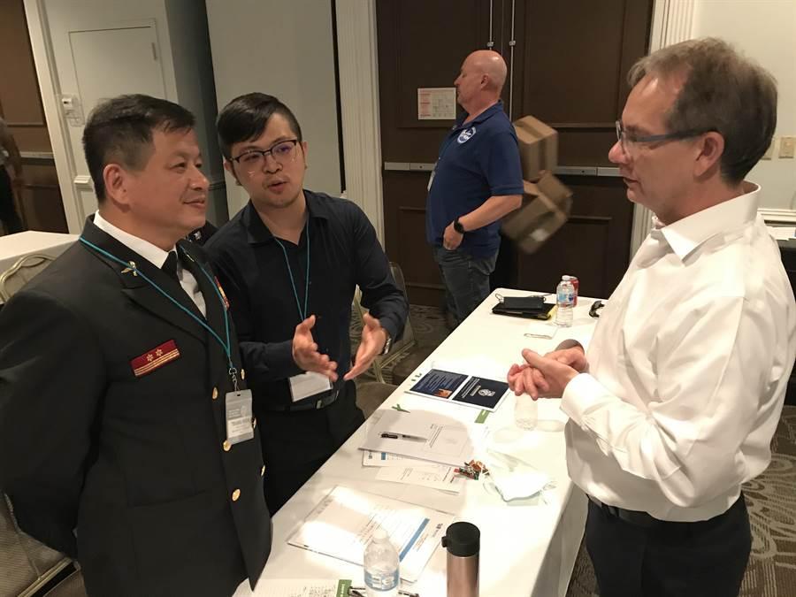 陳崇岳(左1)與消防指揮科技年會與各國發表人員交流,右1為ADMS總裁 Marco van Wijngaarden。(讀者提供/吳家詮傳真)