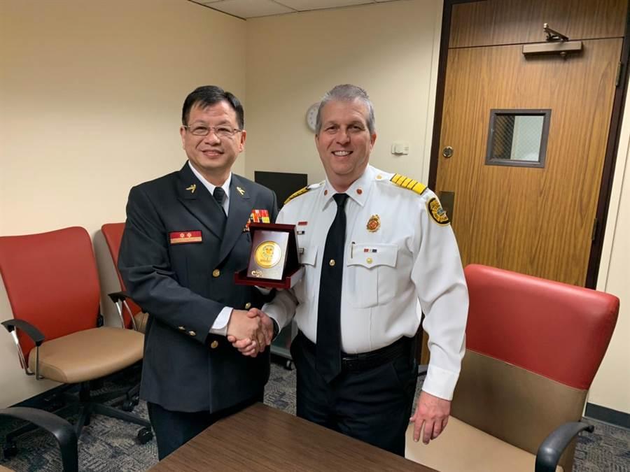 陳崇岳與坦帕市消防局長Nick LoCicero相見歡。(讀者提供/吳家詮傳真)