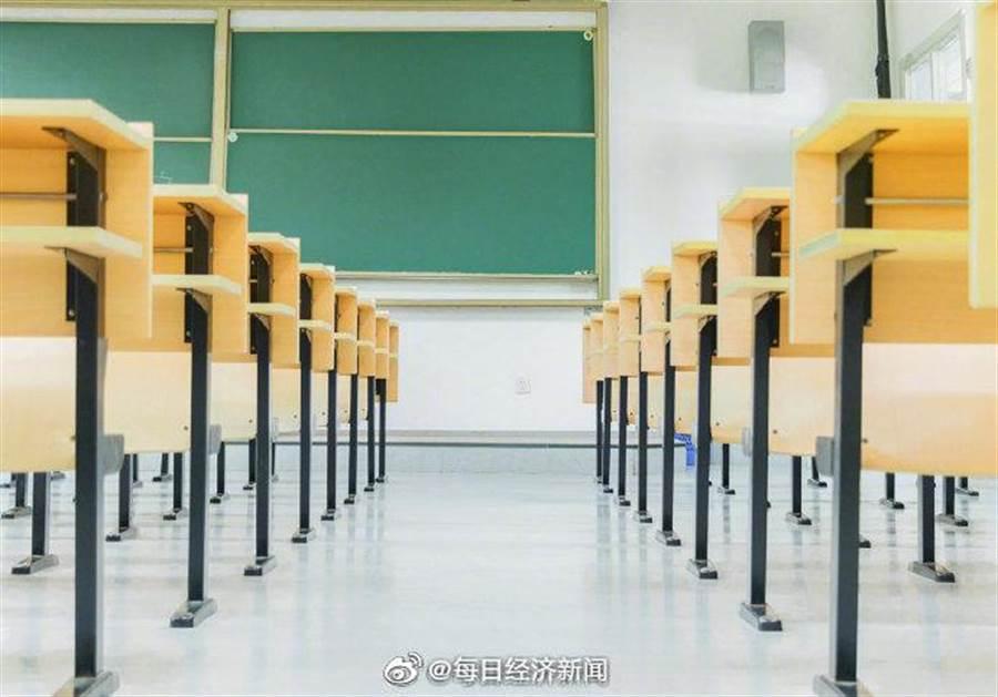 武漢肺炎疫情未放緩,大陸多省再次延後開學。(取自新浪微博@每日財經新聞)