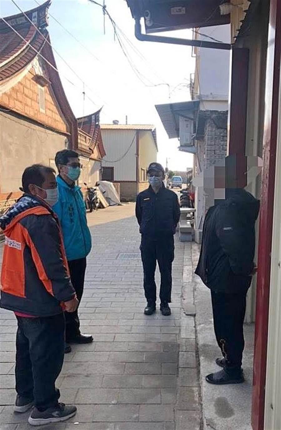 金門居家檢疫鄉親有100多人,副縣長黃怡凱(左二)帶隊下鄉訪視。(警方提供)