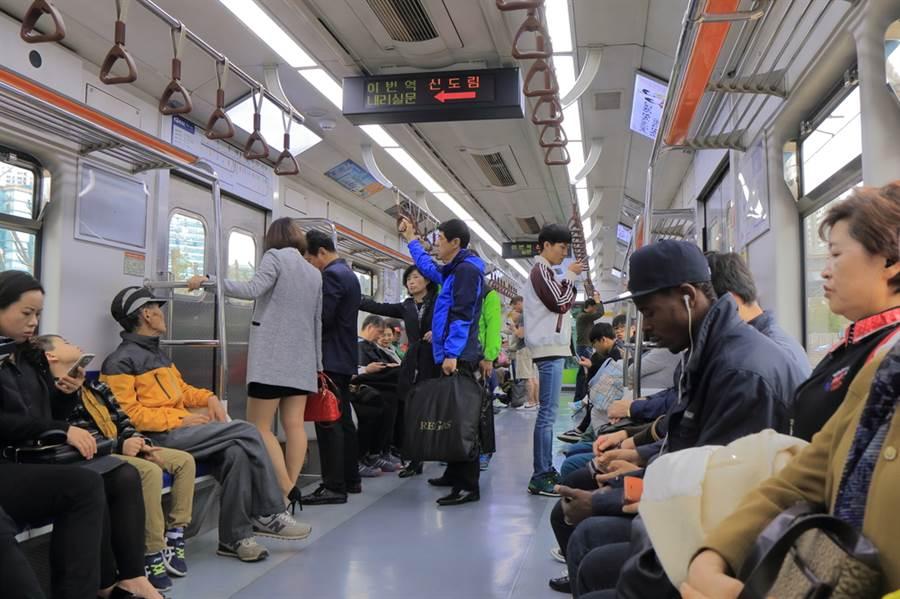 韓男地鐵上狂咳突倒地 路人全嚇傻(示意圖/達志影像)