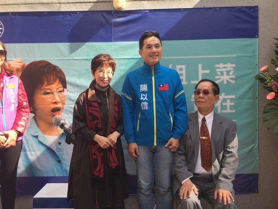 國民黨前主席洪秀柱、不分區立委陳以信共同在台南成立聯合服務處,陳以信父親也特地出席。(曹婷婷攝)
