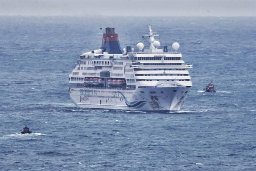 圖為引水船帶領寶瓶星號郵輪進港。(中時資料照 杜宜諳攝)