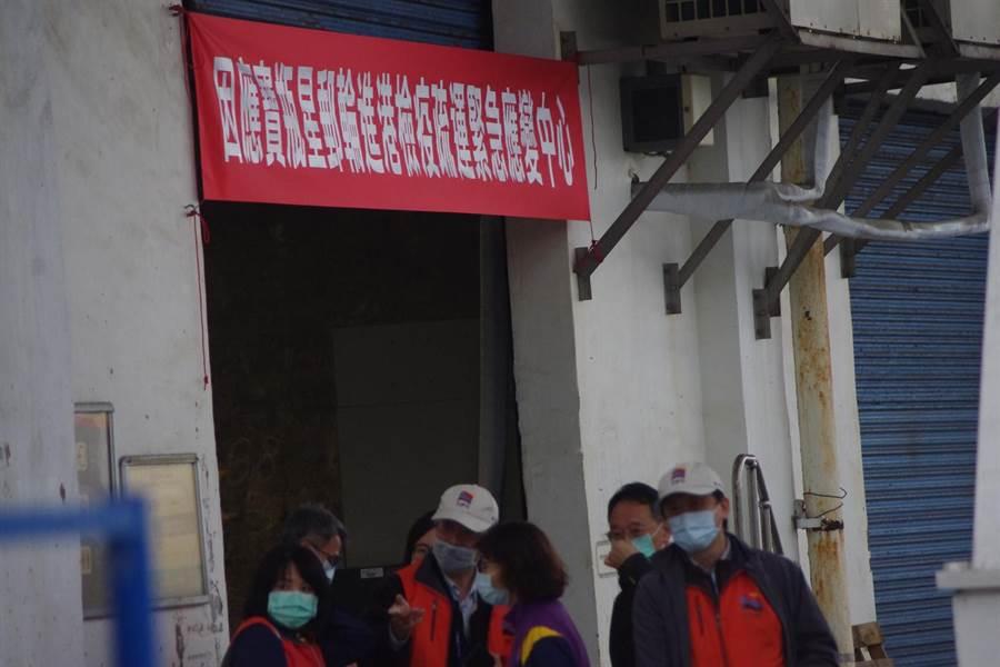 疫情指揮官陳時中傳出中午12點抵達基隆港緊急應變中心」。(許家寧攝)