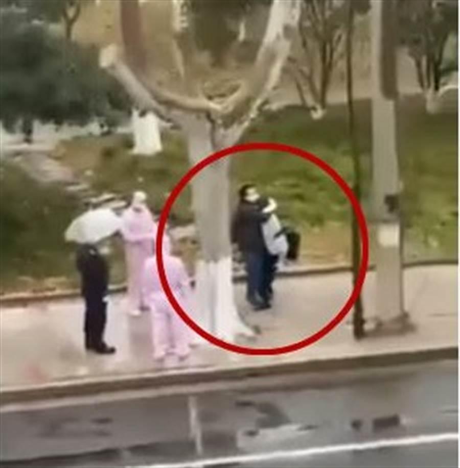 夫妻被隔離前,當街相擁而泣。(圖/翻攝自YouTube)