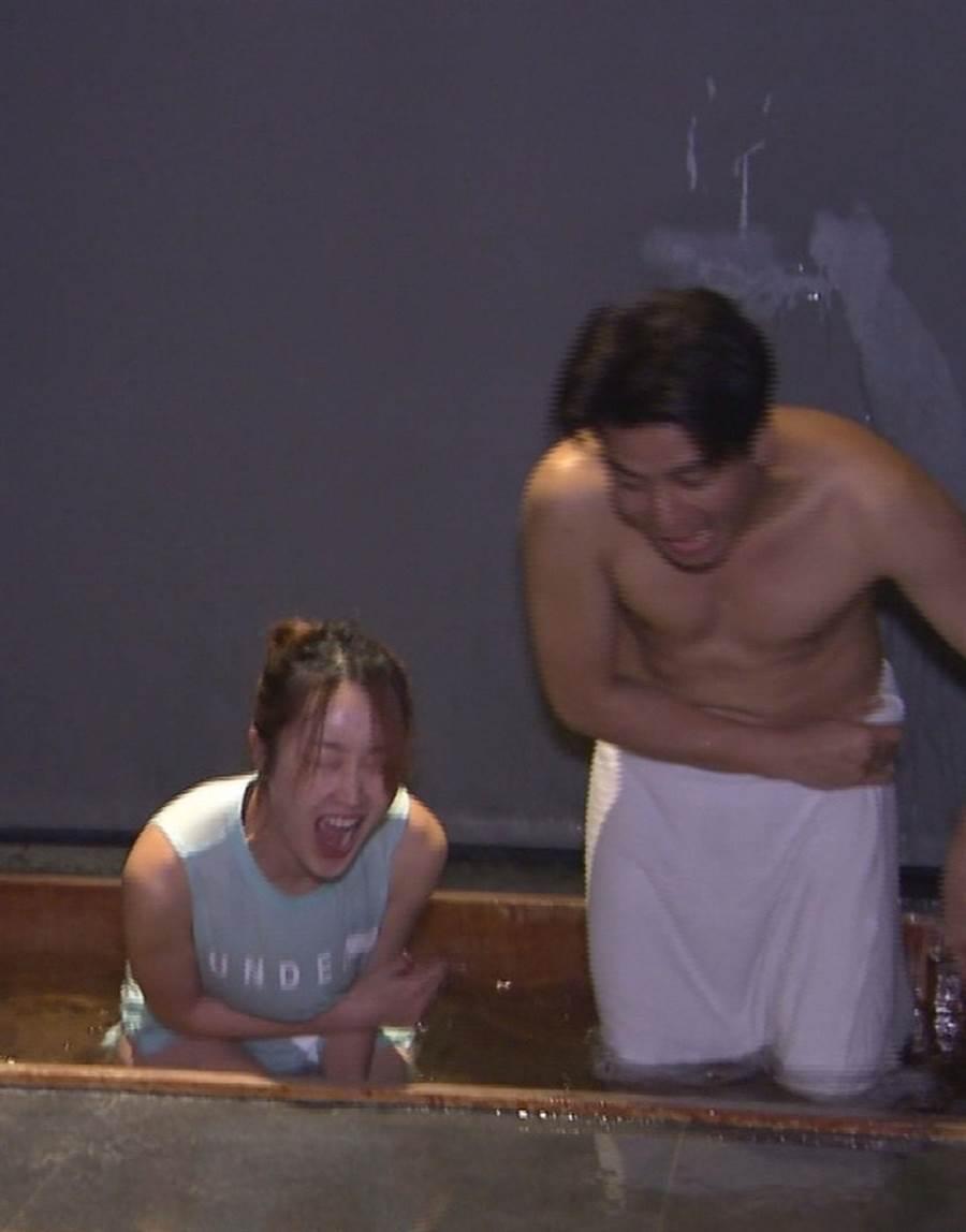 郭彥均(右)腳才剛伸進冷泉裡就大聲尖叫:「我不行了。」(中天提供)
