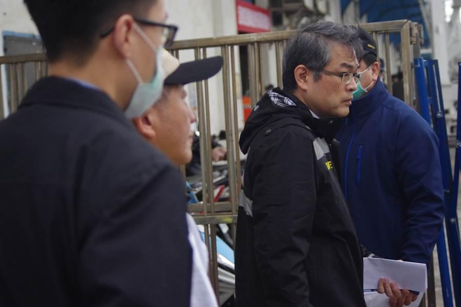 寶瓶星號提前於11點整抵達,中央疫情指揮中心總指揮官陳時中(左二)也已到場監督。(吳康瑋攝)