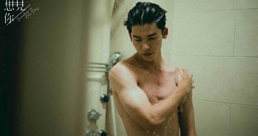 許光漢在《想見你》中的淋浴戲,大展精壯好身材,讓觀眾眼睛大吃冰淇淋。(圖/中視提供)