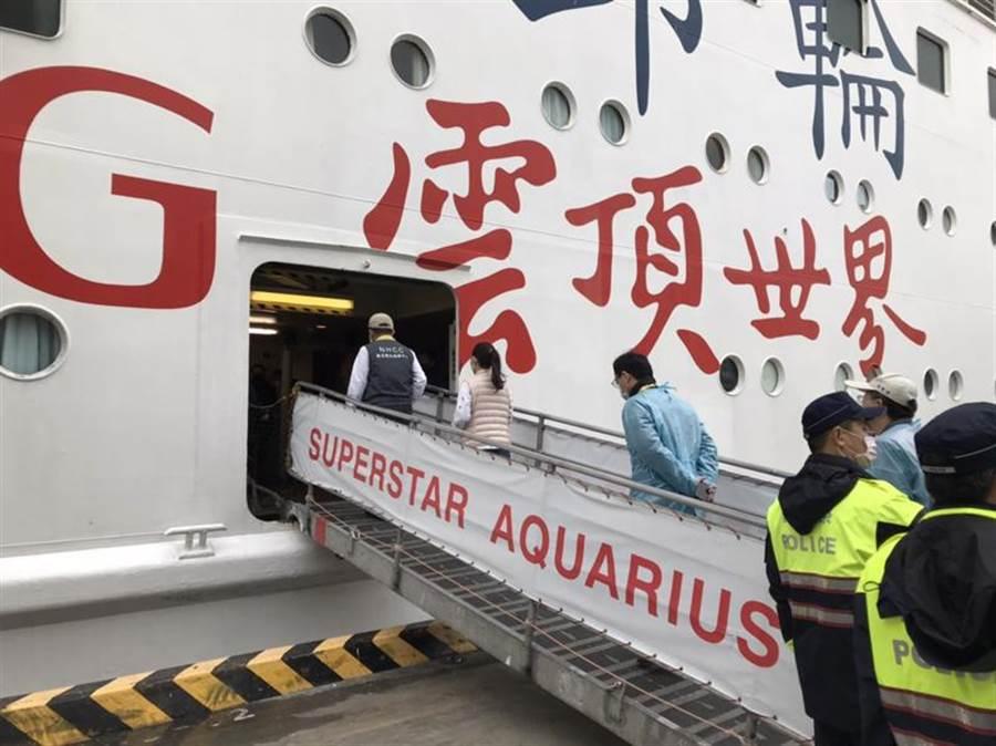 武漢肺炎疫情延燒,麗星郵輪「寶瓶星號」8日上午靠泊基隆港,衛福部長陳時中(左)登船歡迎旅客回台。(許家寧翻攝)