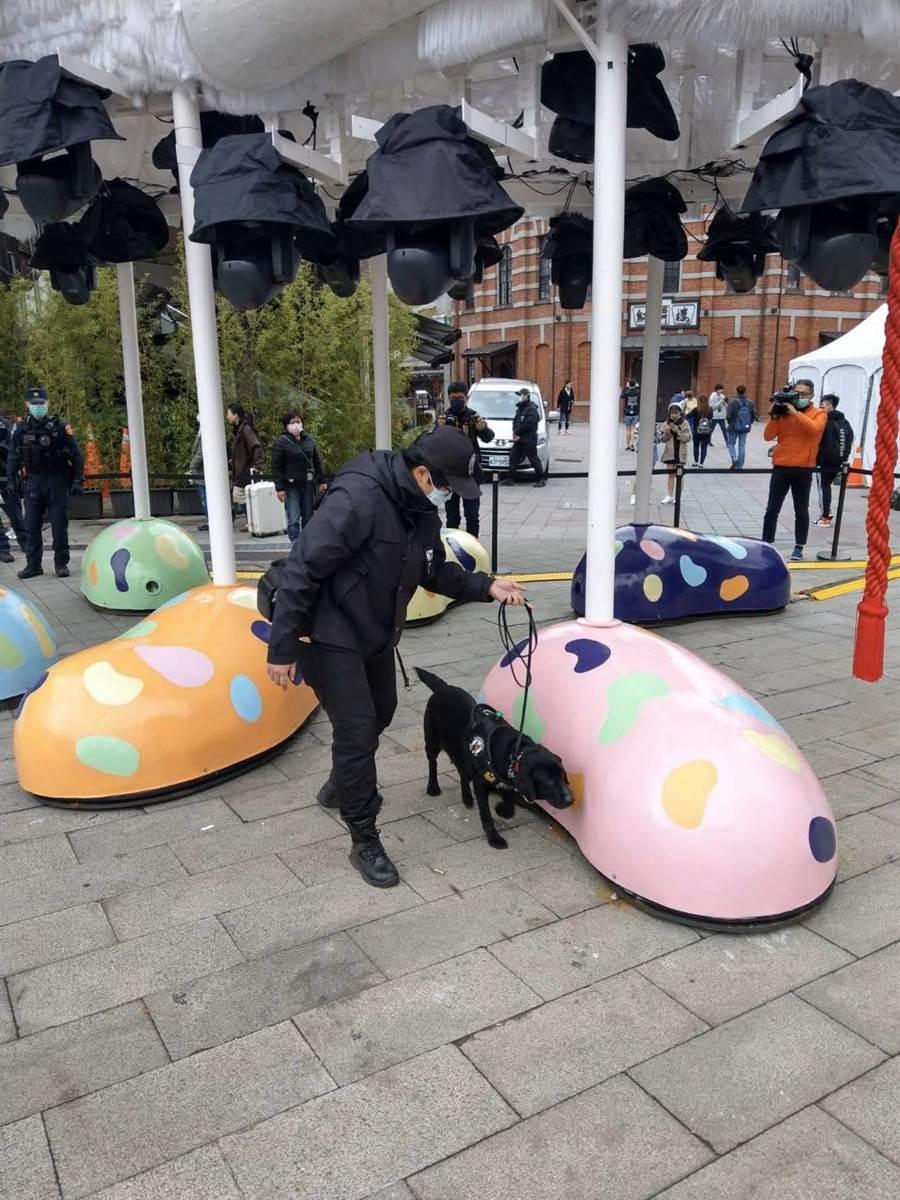 警方出動偵爆犬進行維安勤務。(警方提供/陳鴻偉台北傳真)