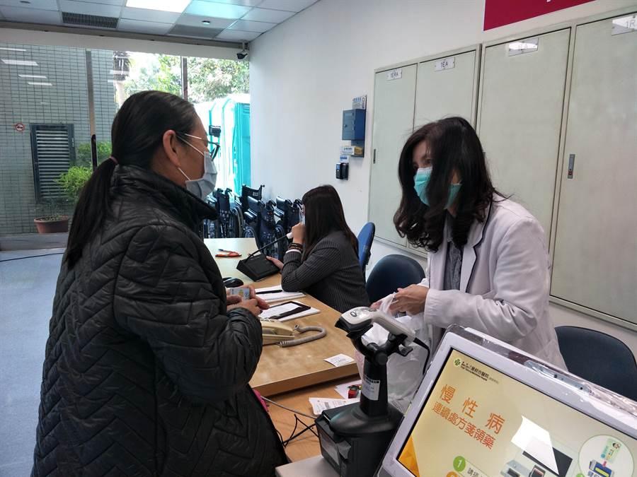 童綜合醫院提供「童醫防疫.藥安全」得來速服務,民眾經網路預約快速領慢箋藥品。(王文吉攝)