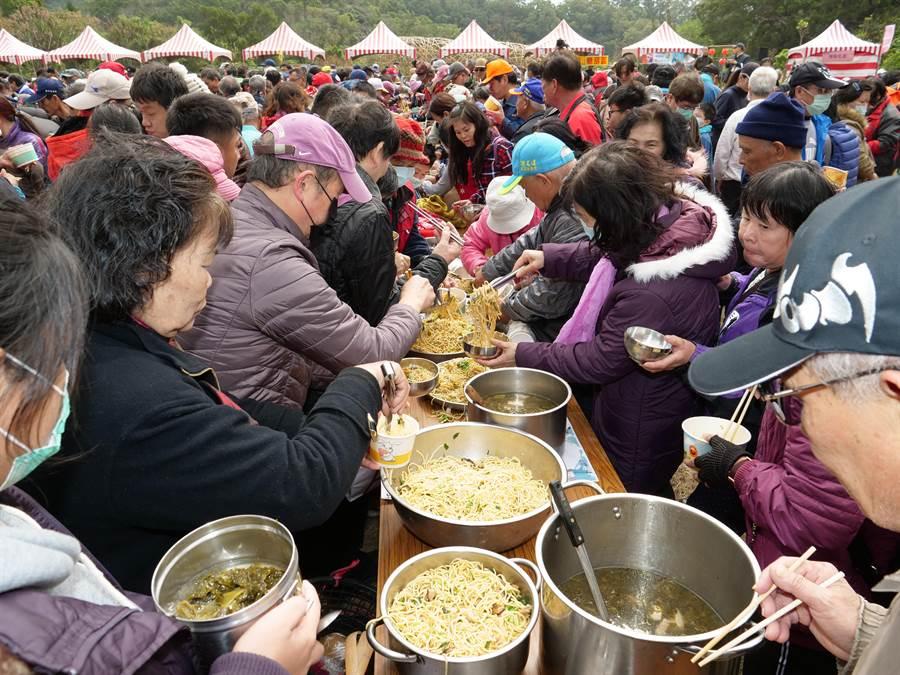 中午在玖龍宮的「打中午」,現場有150組村民順序將客家美食挑擔進場與大家分享,食物豐盛可以提供近3000人一起分享,是1次嘗遍客家美食的好機會。(陳育賢攝)