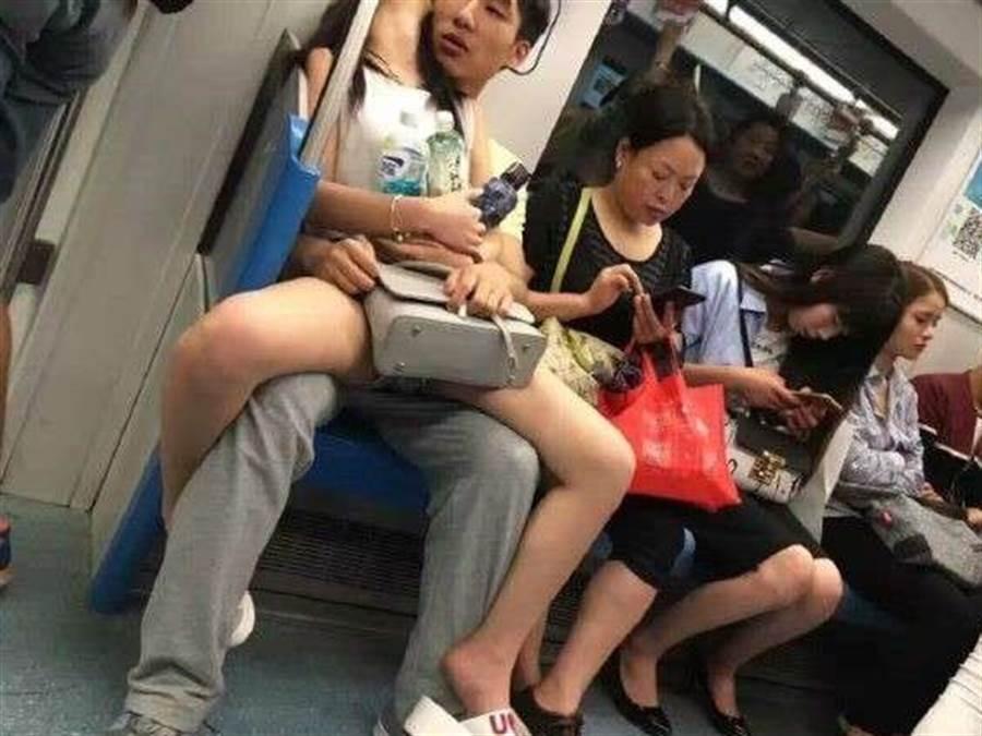 一名網友看不慣情侶在地鐵上放閃,偷拍後註解「女友癱瘓多年,男孩不離不棄」,引起廣大網友迴響。(圖/翻攝自微博)