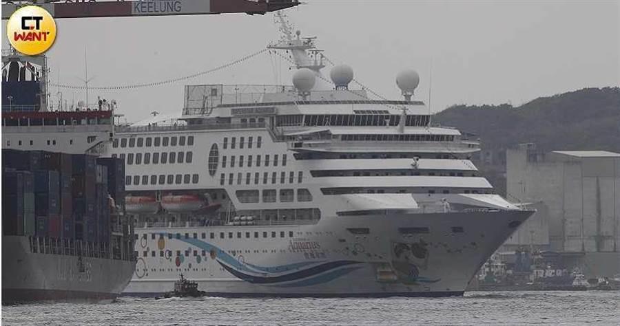 寶瓶星號郵輪今天上午抵達基隆港,今(8)日上午11時進港,11時30分靠泊西3碼頭。(攝影/張文玠)