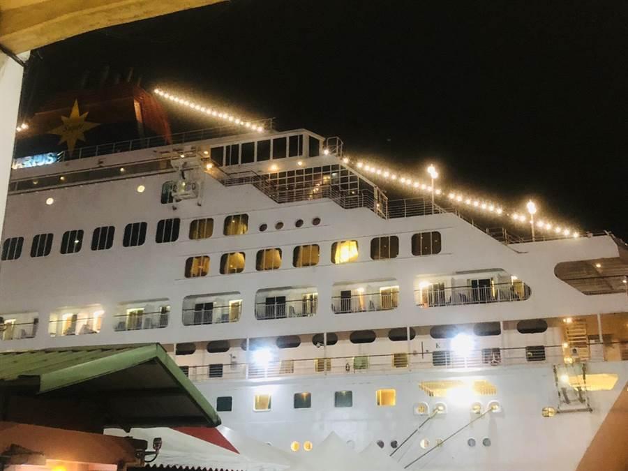 民眾以視訊的方式開著手機向遠方的家屬視訊電話,並高高舉起雙手,向船上的家屬揮手喊著「爸爸在這邊阿!看得到嗎?」。(吳康瑋攝)