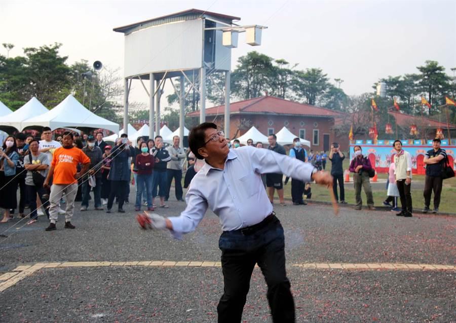 屏東元宵節活動「六堆祈福尖砲城」2月8日、9日在屏東縣立運動公園舉行,縣長潘孟安在開幕會上小試身手丟擲鞭砲尖砲城。(潘建志攝)