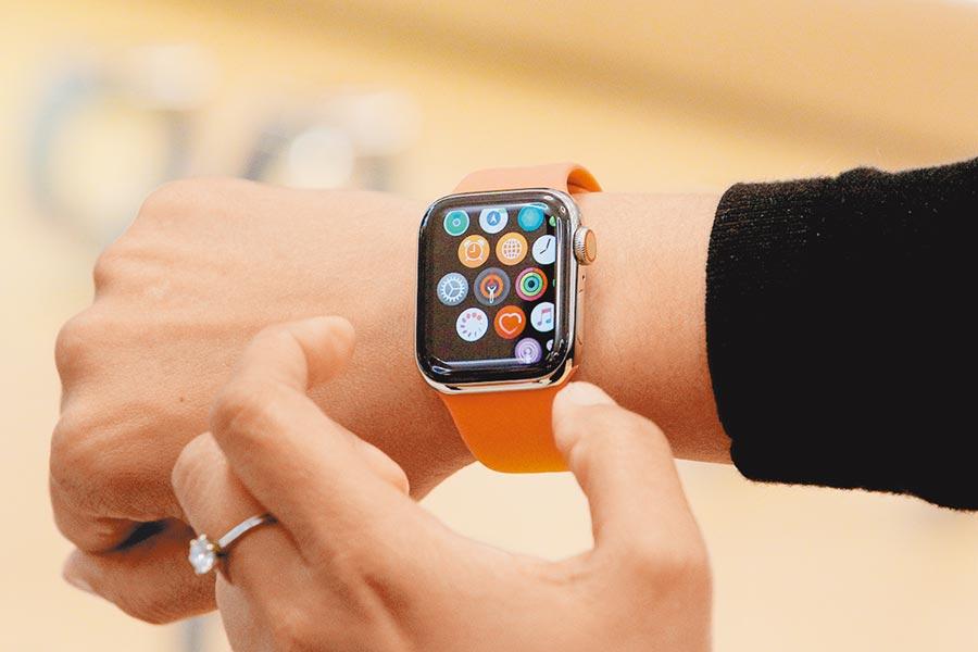 具備多元功能的智慧表大軍壓境,令瑞士傳統業者節節敗退。圖為Apple Watch。圖/路透